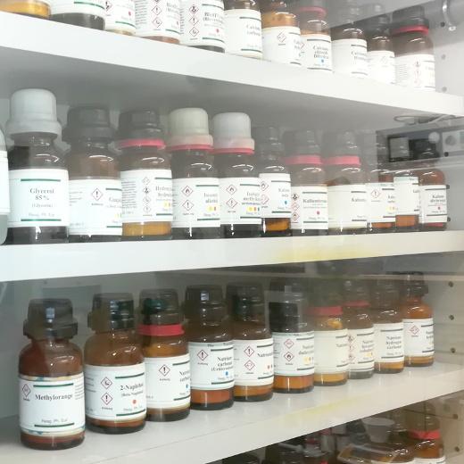 Laborschrank in der Nordheide-Apotheke in Bad Salzuflen